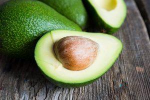 авокадо срязано през средата с костилка