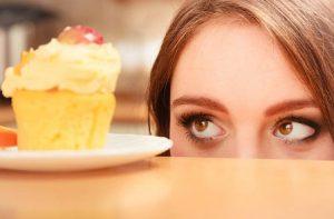 жена гледа кексче с глазура