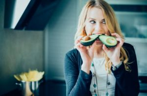 жена яде авокадо