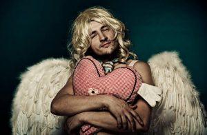 мъж Купидон, руса перука, сърце, ангелски крила