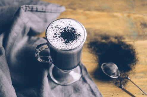 кафе от активен въглен, чаша и лъжица