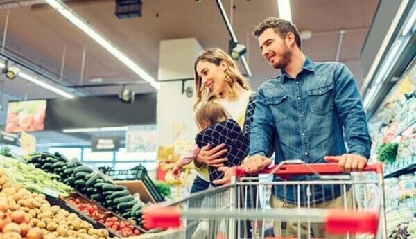 семейство в супермаркет