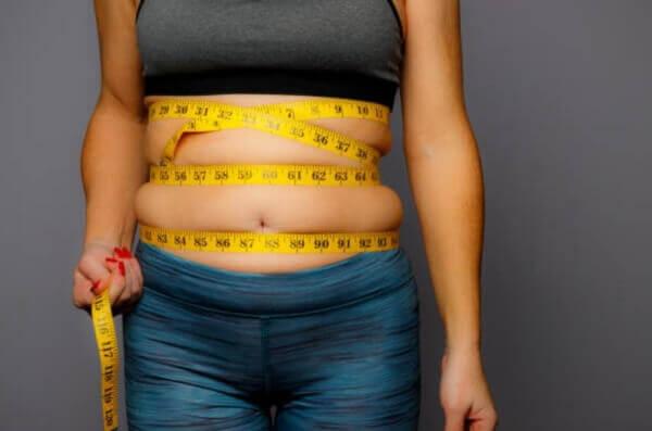 жена със сантиметър