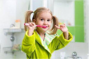 момиче мие зъби