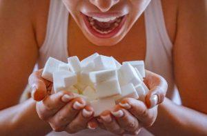 жена яде захарни бучки