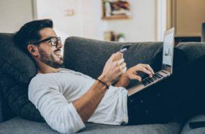 мъж, карта, лаптоп