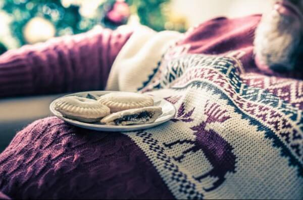 мъж, коледен пуловер, преяждане